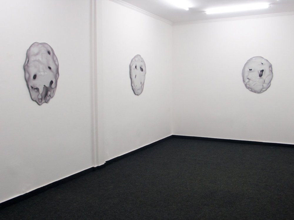 Jeremy Shaw, Degenerative Imaging in the Dark (2015) Exhibition view. Courtesy LambdaLambdaLambda, Prishtina.