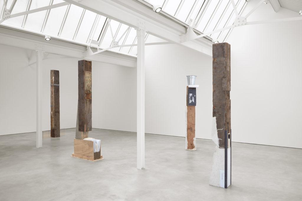 Ariana Reines + Oscar Tuazon, PUBIC SPACE (2016). Exhibition view. Courtesy Stuart Shave/Modern Art, London.